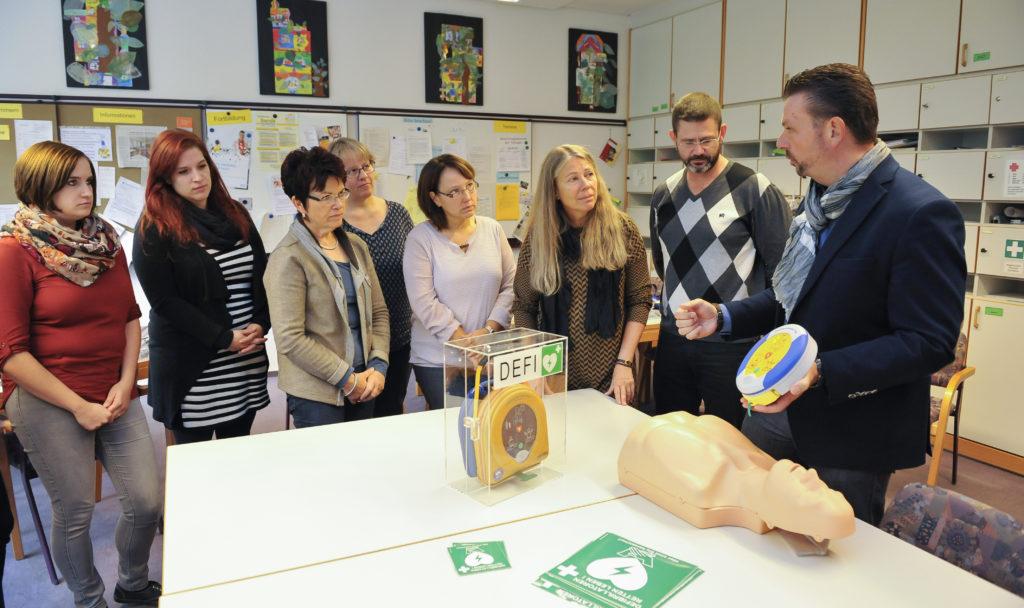 Grundschule Bobingen ist herzsicher - Diabetes-Unternehmen MSP Bodmann spendet modernen Notfall Defibrillator für Bildungseinrichtung - Erste Hilfe Reanimation mit Medizinprodukt für Schüler bei plötzlicher Herzstillstand